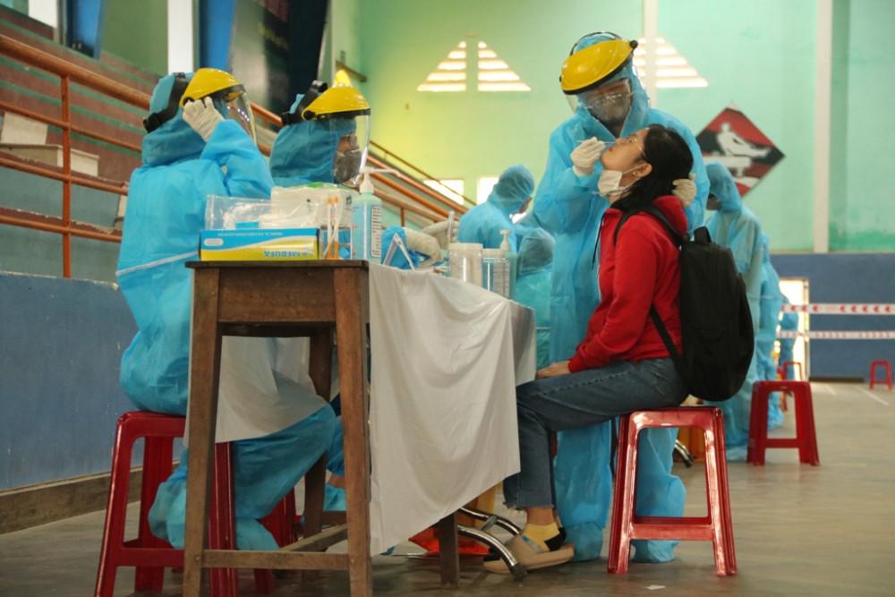 Trường Đại học Y Dược Huế đảm nhiệm xét nghiệm sàng lọc cho các sinh viên ngoại tỉnh trở lại trường học