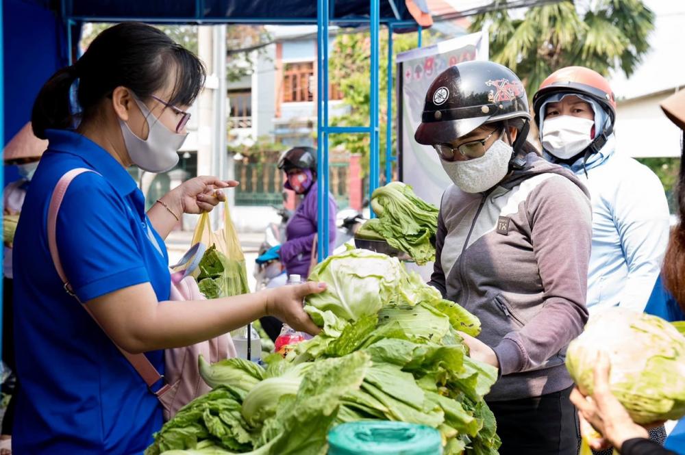 Người dân phường Bình Thọ mua rau giúp bà con nông dân.