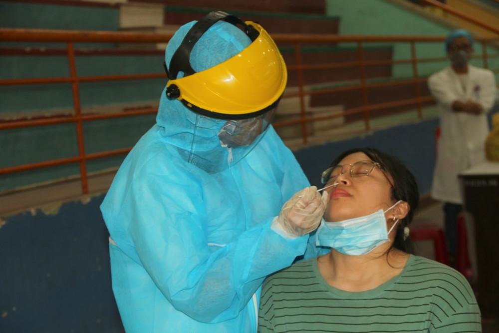 Việc lấy mẫu được đảm bảo an toàn, đúng quy trình với số lượng lớn sinh viên