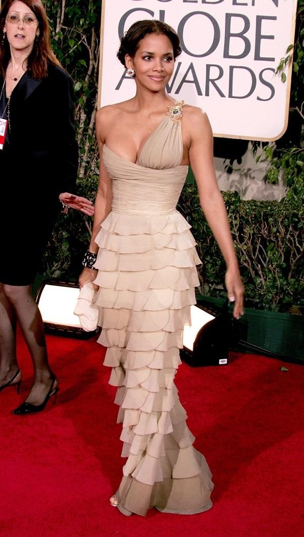Năm 2005, Halle Berry đến Quả Cầu Vàng năm 2005 với bộ váy xếp tầng. Thiết kế thể hiện sự táo bạo ở phần cúp ngực một bên.