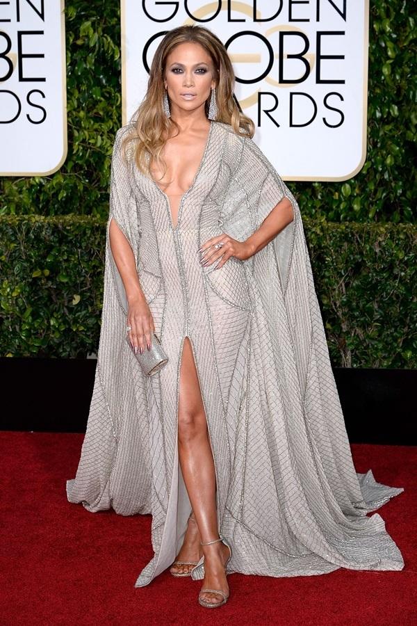 Năm 2015, Năm 2015, Jennifer Lopez đến sự kiện trong bộ cánh dáng cape của Zuhair Murad. Thiết kế xẻ cổ sâu giúp người đẹp khoe vòng một.