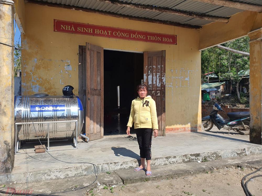 Không còn nhà, chị Toàn và con cái phải mượn tạm nhà sinh hoạt cộng đồng cũ của thôn để tá túc