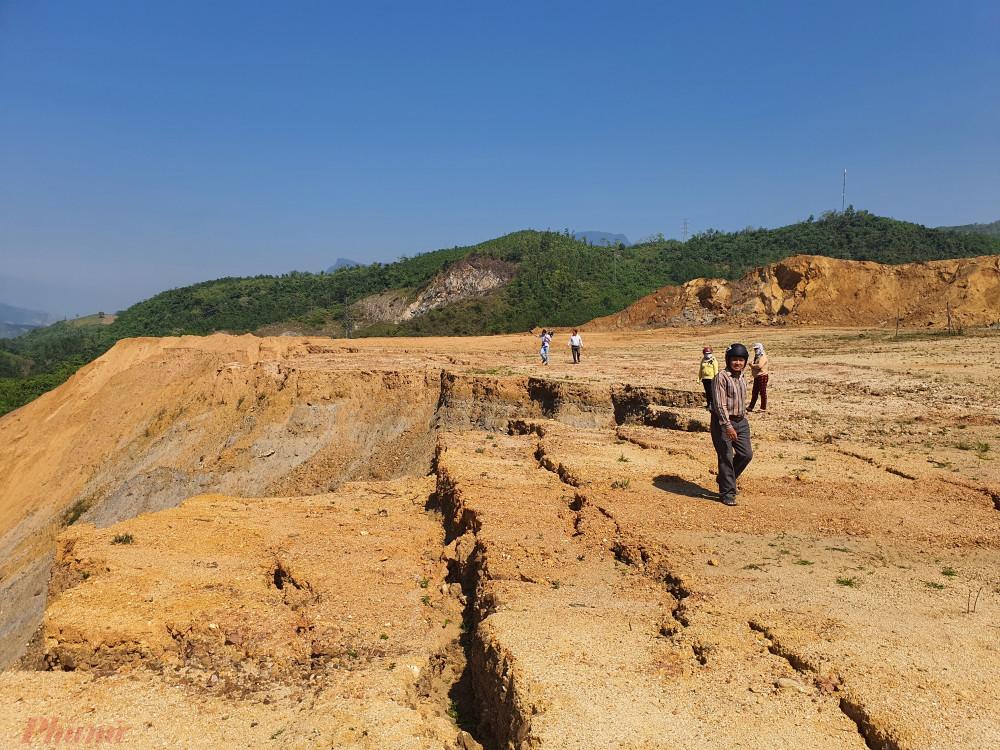 Hàng ngàn tấn đất tiếp tục sụt lún có nguy cơ đổ tràn xuống phía dưới nếu mưa lớn