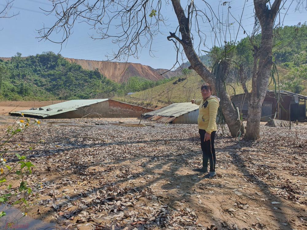 Căn nhà của chị Toàn và những nhà xung quanh bị đất chôn sâu