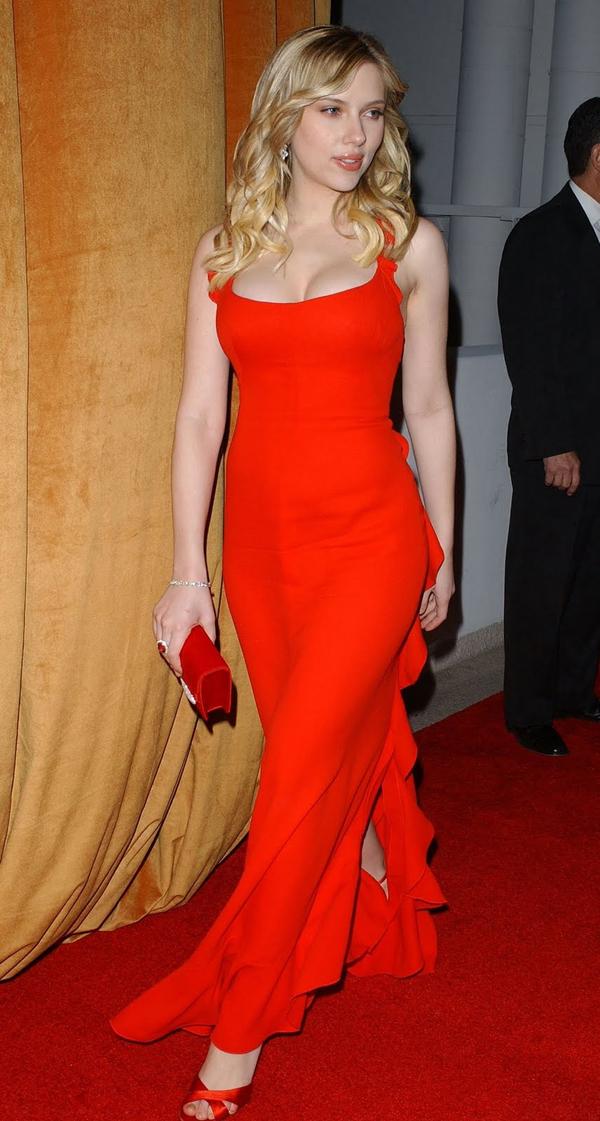 Chiếc váy màu đỏ xẻ tà, khoét ngực của Calvin Klein vào năm 2006 là một trong những thiết kế đẹp và quyến rũ nhất mọi thời đại. Scarlett Johansson được đánh giá hoàn hảo trong bộ đầm ấy.