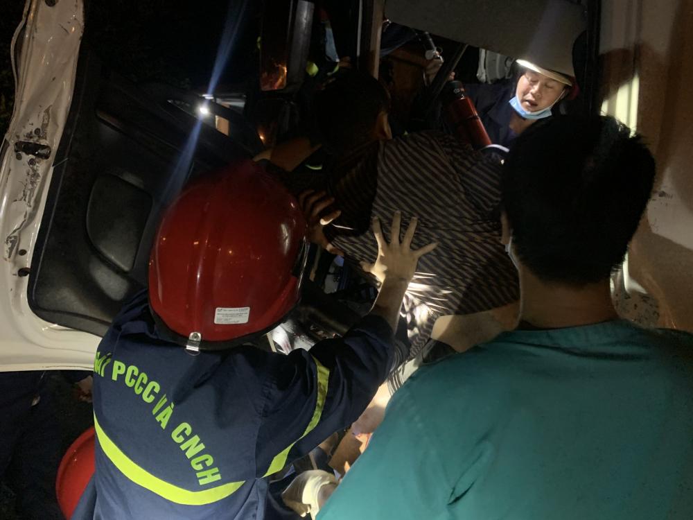 Lực lượng công an đang cố gắng cứu nạn nhân vụ tai nạn