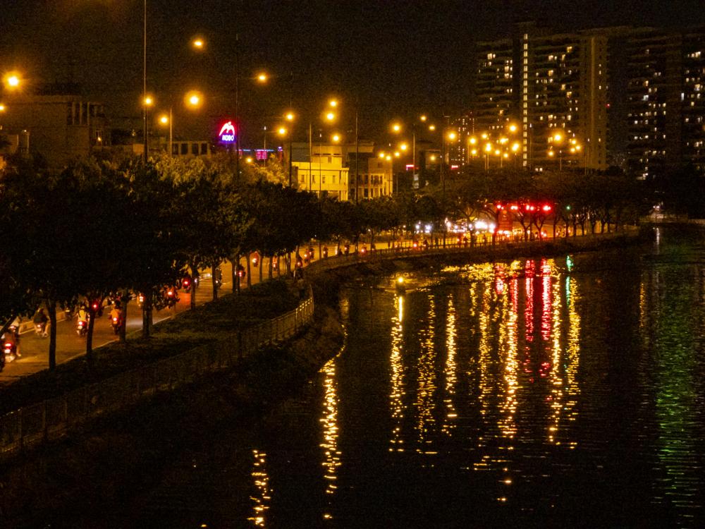 Dàn đèn trên đại lộ Võ Văn Kiệt lung linh về đêm - Ảnh: Phùng Huy