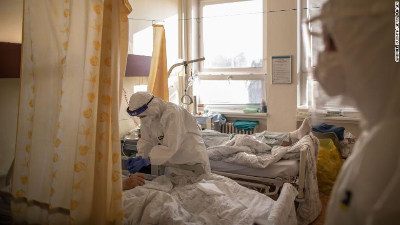 Nhân viên y tế chăm sóc một bệnh nhân ở khu điều trị COVID-19 tại Bệnh viện Karvina-Raj, thành phố Karvina, Cộng hòa Séc
