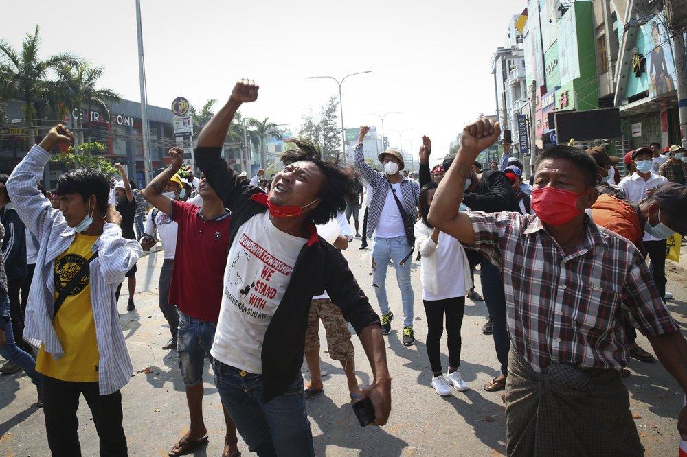 Người biểu tình hô khẩu hiệu trong cuộc biểu tình phản đối cuộc đảo chính quân sự ở Mandalay, Myanmar.