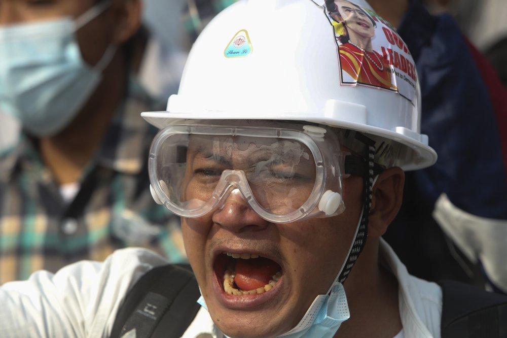Một người biểu tình đội mũ an toàn và kính bảo vệ mắt khi anh ta hô khẩu hiệu trong cuộc biểu tình phản đối cuộc đảo chính quân sự ở Yangon, Myanmar.