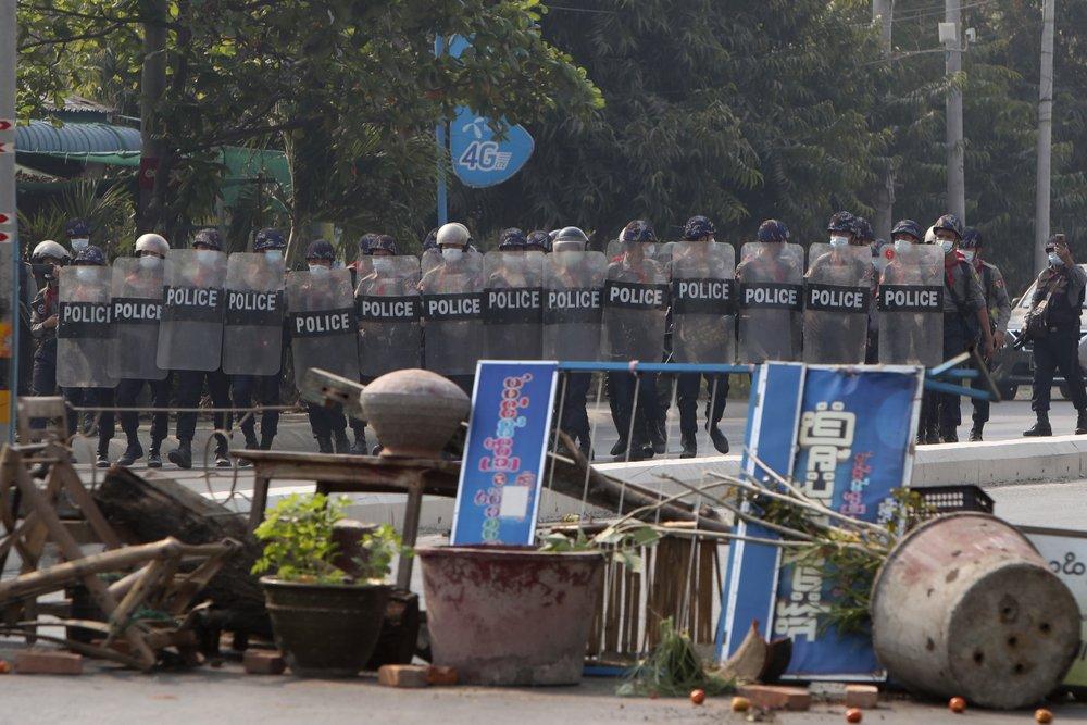 Cảnh sát chống bạo động Myanmar với lá chắn tiến về phía trước trong cuộc biểu tình phản đối cuộc đảo chính quân sự ở Mandalay, Myanmar.