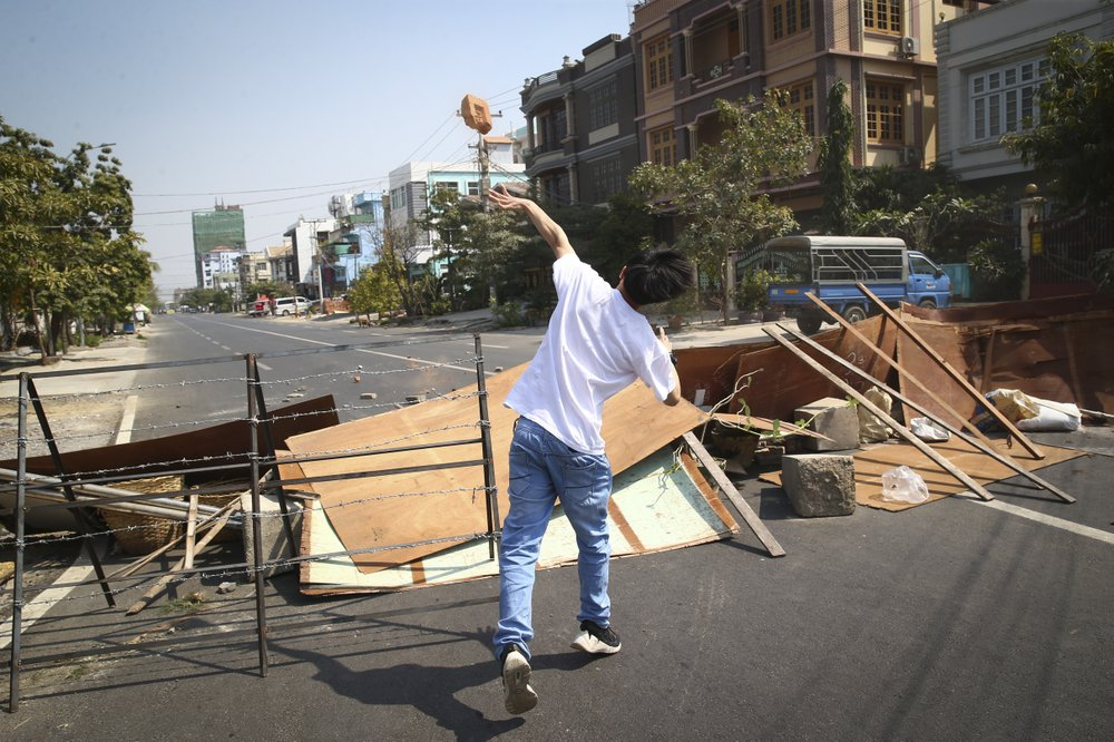 Một người biểu tình ném gạch về phía cảnh sát trong cuộc biểu tình phản đối cuộc đảo chính quân sự ở Mandalay, Myanmar.