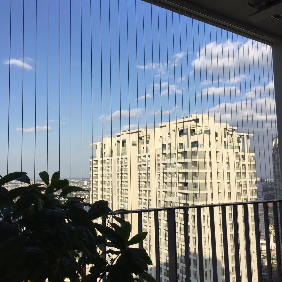 Ban công và cửa sổ chung cư nên có lưới chắn và nên làm cao