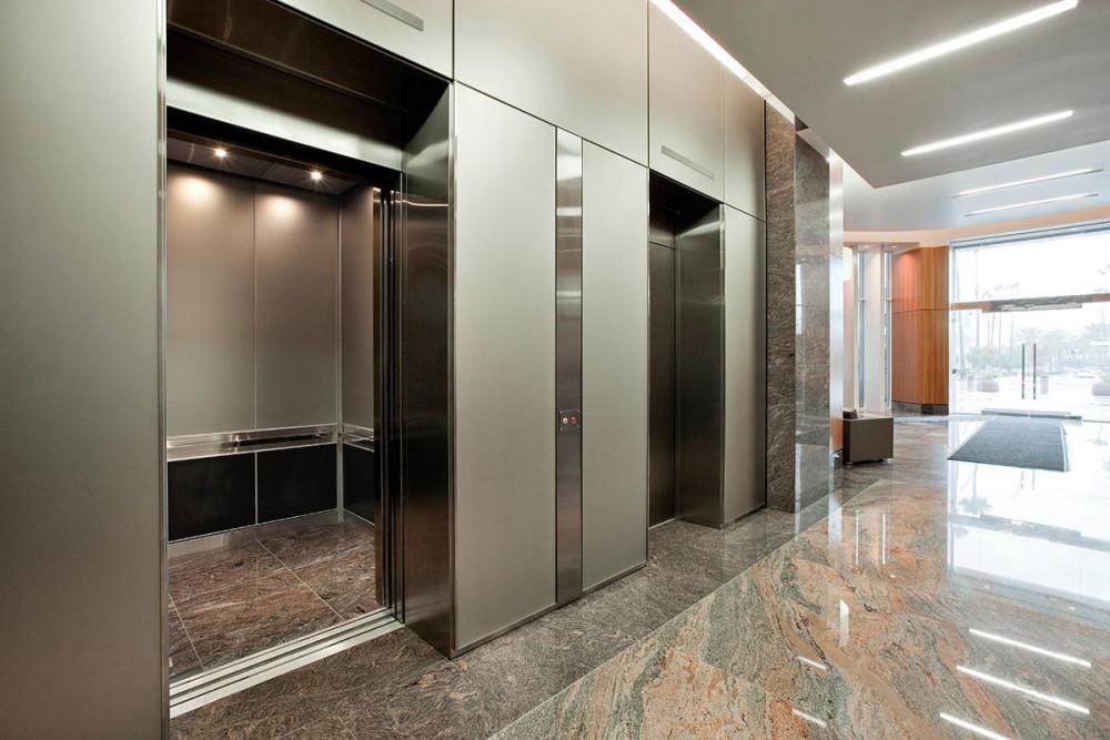 Ngoài ban công, cửa sổ, hành lang chung cư phụ huynh cần lưu ý khi để trẻ em đi thang máy