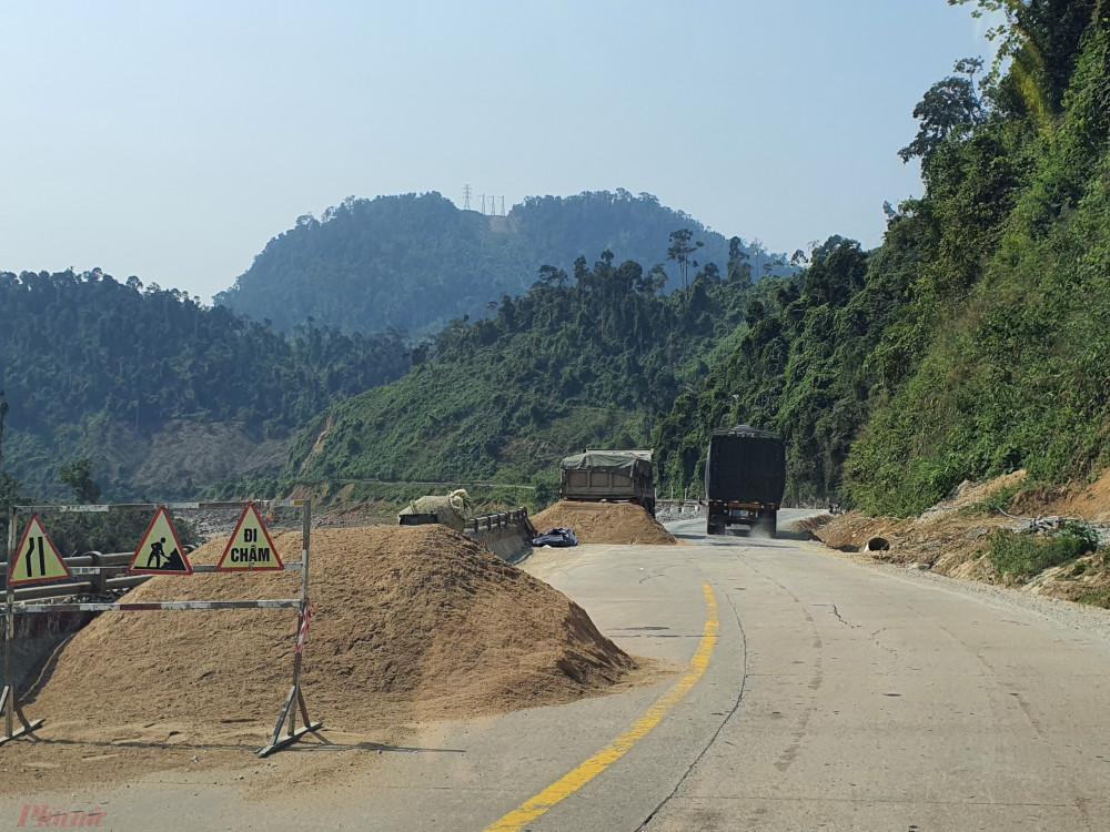 Một điểm sạt lở tại Km1354 đang được thi công khắc phục