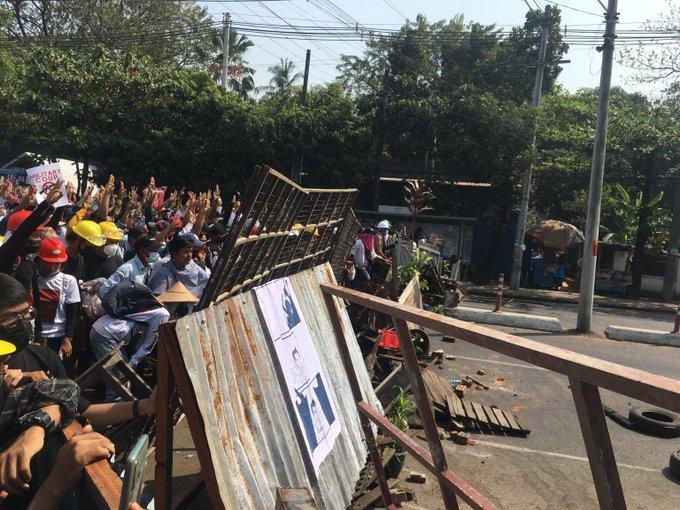 Người dân yangon lập hàng rào trên đường phố hôm 28/2