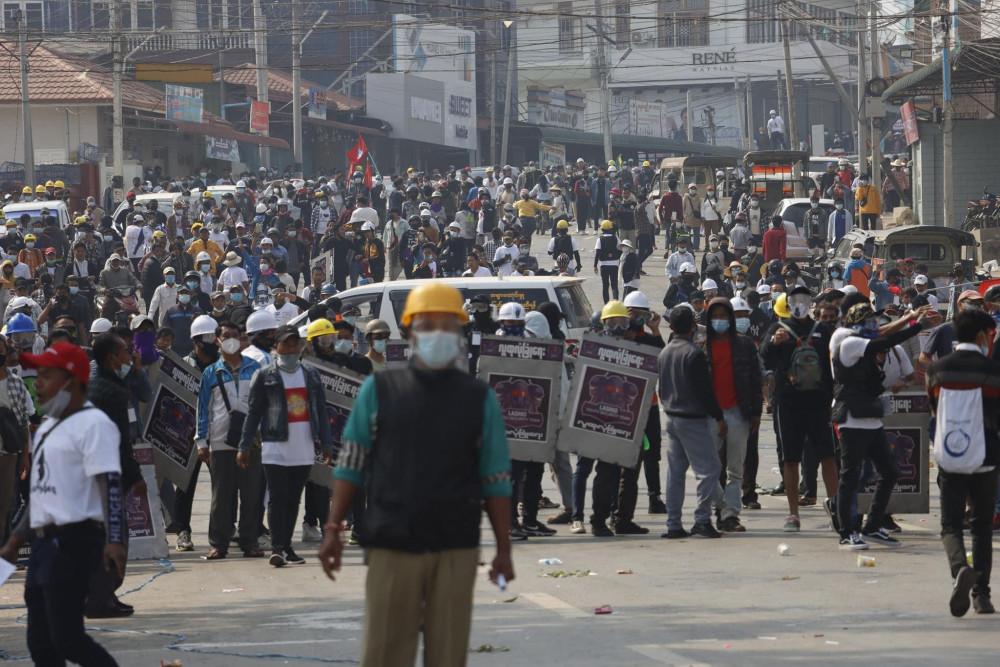 Cảnh sát chống bạo động bắn hơi cay để giải tán những người biểu tình ở Lashio, phía bắc bang Shan