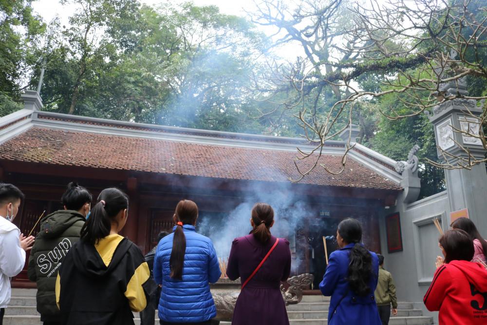Du khách dâng hương đầu năm tại đền Hùng (Phú Thọ)
