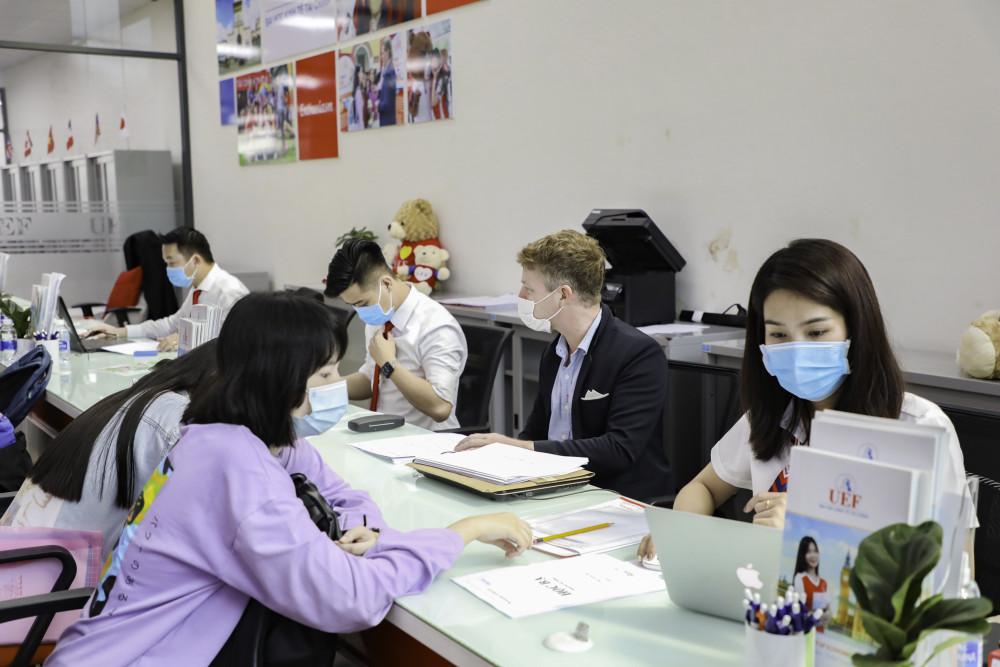 Thí sinh tìm hiểu ngành nghề tại trường ĐH Kinh tế Tài chính TPHCM