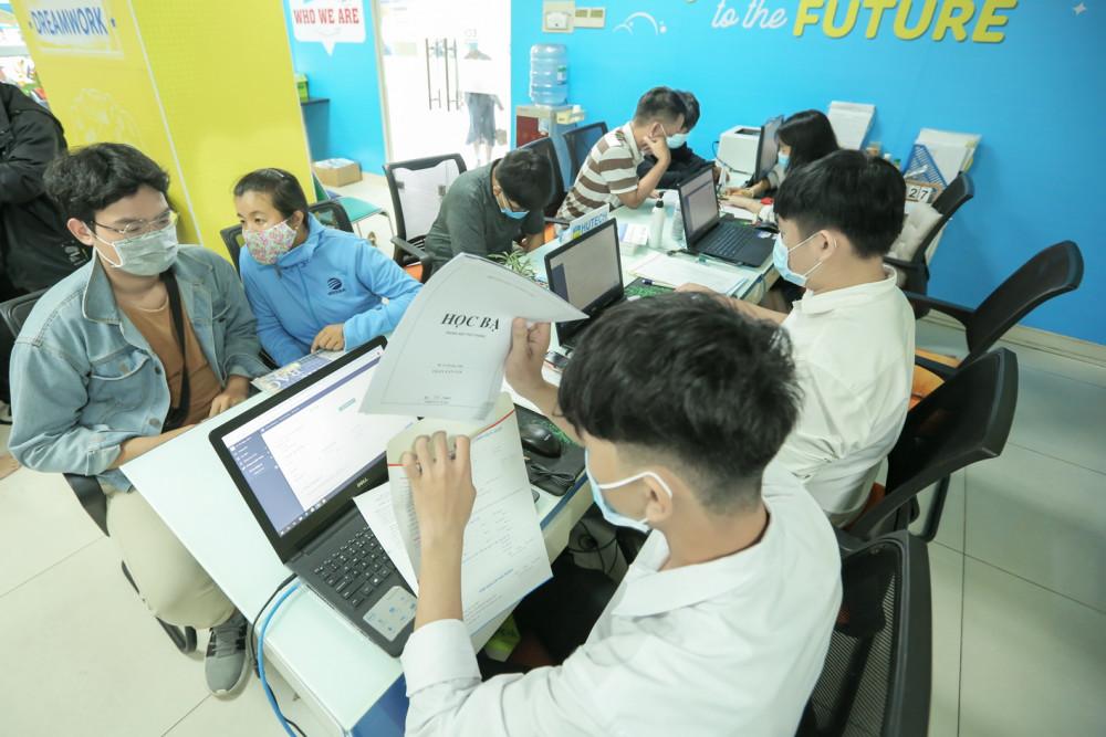 Thí sinh đăng ký xét tuyển bằng học bạ tại Trường đại học Công nghệ TP.HCM - Ảnh: Gia Tuệ
