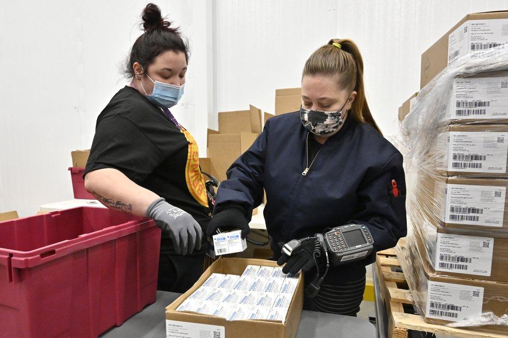 Những lô vắc-xin Johnson & Johnson đang được đóng gói để vận chuyển đến các bang.