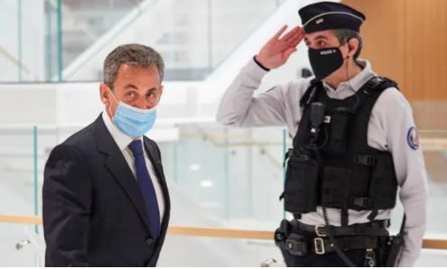 Cựu tổng thống Pháp Nicolas Sarkozy rời tòa án ở Paris sau khi bị kết tội tham nhũn