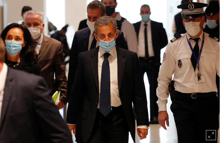 Cựu Tổng thống Pháp Nicolas Sarkozy, đeo khẩu trang bảo vệ, đến nhận bản án trong phiên tòa xét xử ông về tội danh tham nhũng và bán hàng rong gây ảnh hưởng, tại tòa án Paris, Pháp, ngày 1 tháng 3 năm 2021