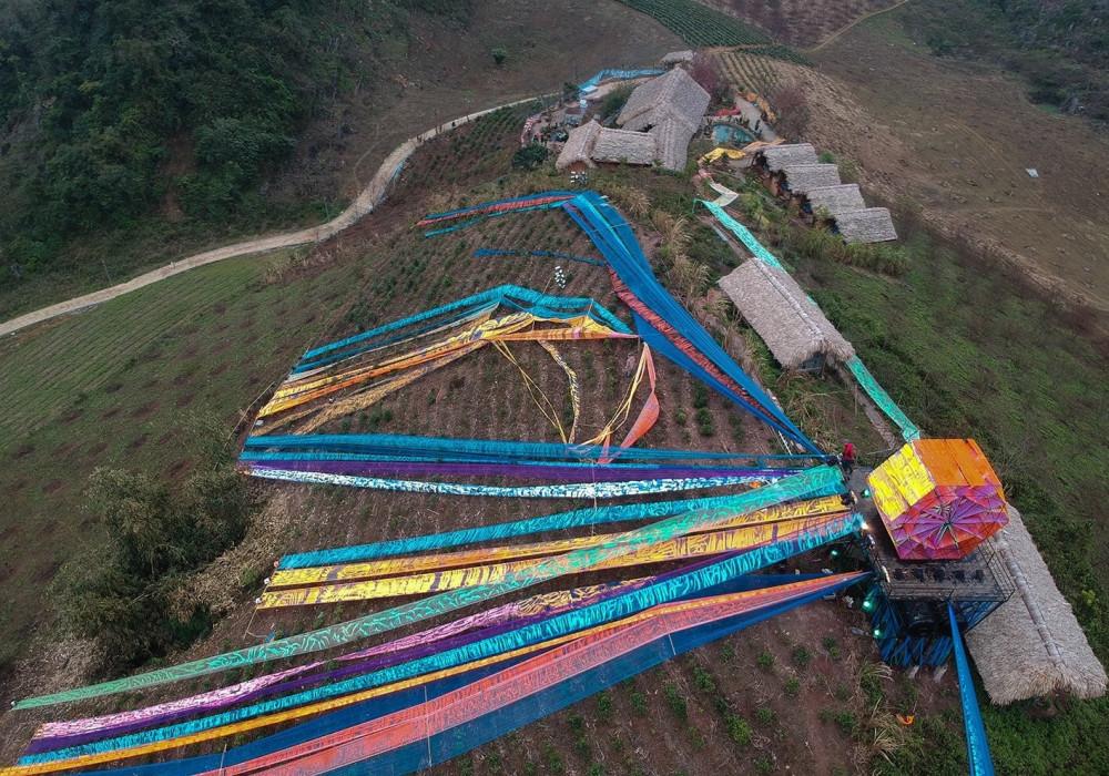 Triển lãm sắp đặt địa hình Trở về, trong đó có tác phẩm Khung cửi sử dụng 500m sắt, có đường kính 5m, chiều dày 3,5m, 5.000m vải, 300kg acrylic, 80 lít màu nước trên đỉnh một quả đồi tại Chiềng Đi, Vân Hồ, Sơn La.