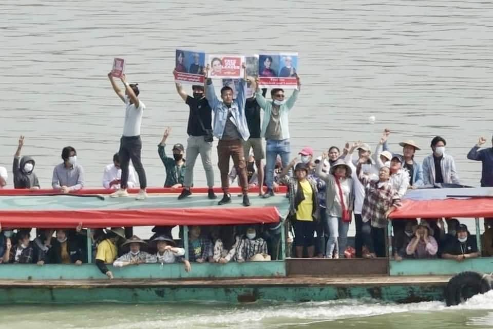 Người dân biểu tình trên sông Chindwin, vùng Sagaing
