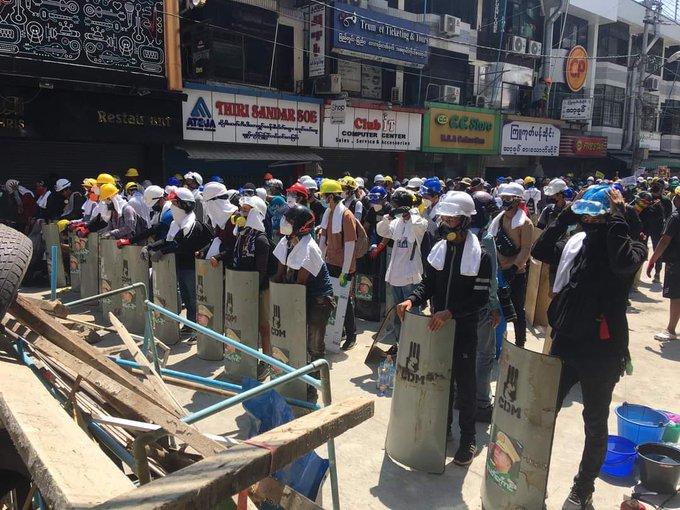 Người biểu tình trang bị tấm chắn, mặt nạ chống hơi cay, nón cối và kính để phòng thủ trước nguy cơ đàn áp của chính quyền quân sự
