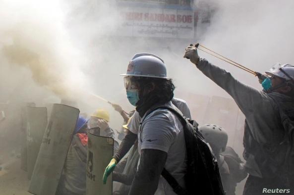 Một người biểu tình sử dụng ná cao su khi đụng độ với các sĩ quan cảnh sát chống bạo động hôm 28/2 ở Yangon