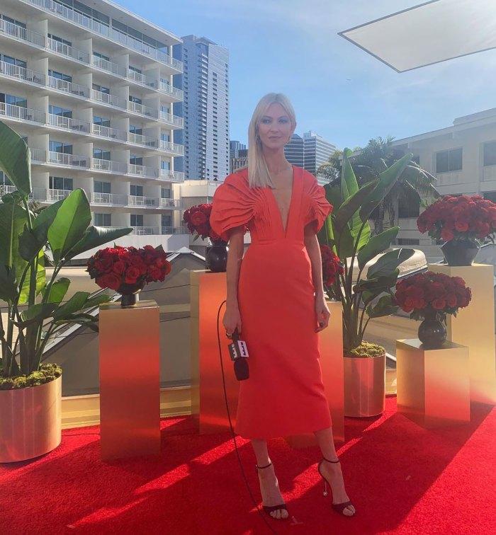 Zanna Roberts Rassi giản dị trong một chiếc váy đỏ ôm dáng của thương hiệu Aliétte. Cô không quên phối cùng giày cao gót của Roger Vizier và trang sức của David Yurman.