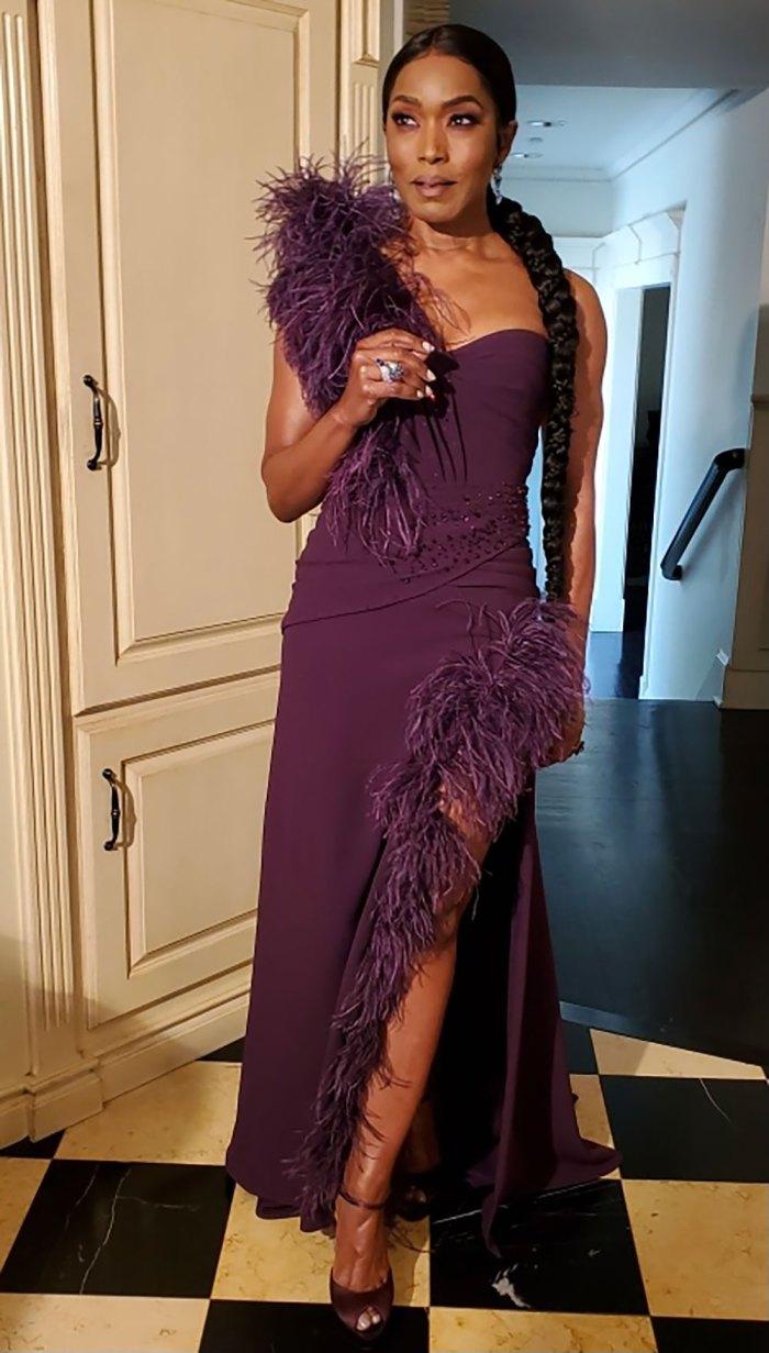 Angela Bassett cá tính trong chiếc áo choàng bất đối xứng. Sử dụng lông vũ đính trên vai và dọc thân váy giúp mẫu trang phục của cô nàng trông khá lạ mắt mà không kém phần sang trọng. Chiếc nhẫn Dena Kemp và hoa tai Graziela càng tôn lên vẻ ngoài sang chảnh cho nữ diễn viên.