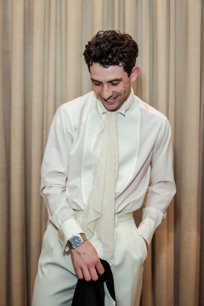 Josh O'Connor điển trai trong bộ vest lịch lãm.