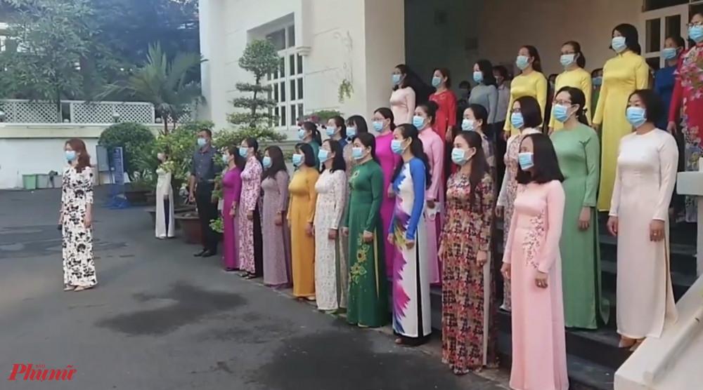Tập thể cán bộ Hội LHPN mặc áo dài tham gia lễ chào cờ đầu tuần