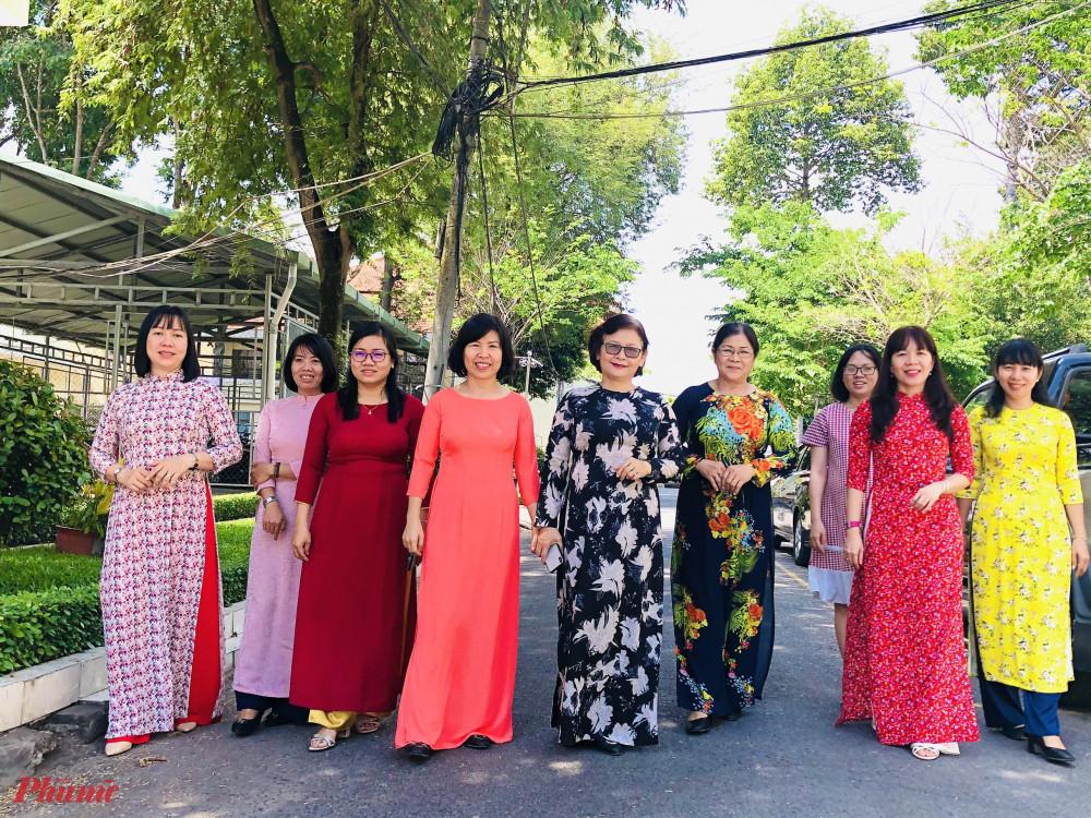 Hội LHPN huyện Củ Chi hưởng ứng Tuần lễ áo dài bằng việc mặc áo dài khi đi làm.