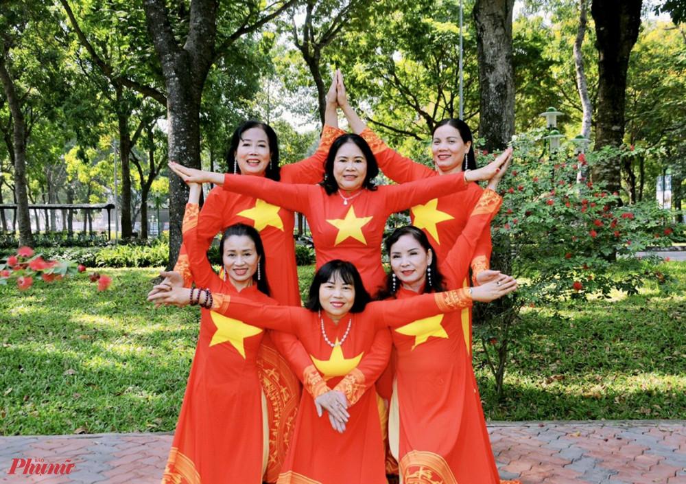 Cán bộ, hội viên phụ nữ hưởng ứng bằng việc mặc áo dài và tạo hình ngôi sao đẹp mắt