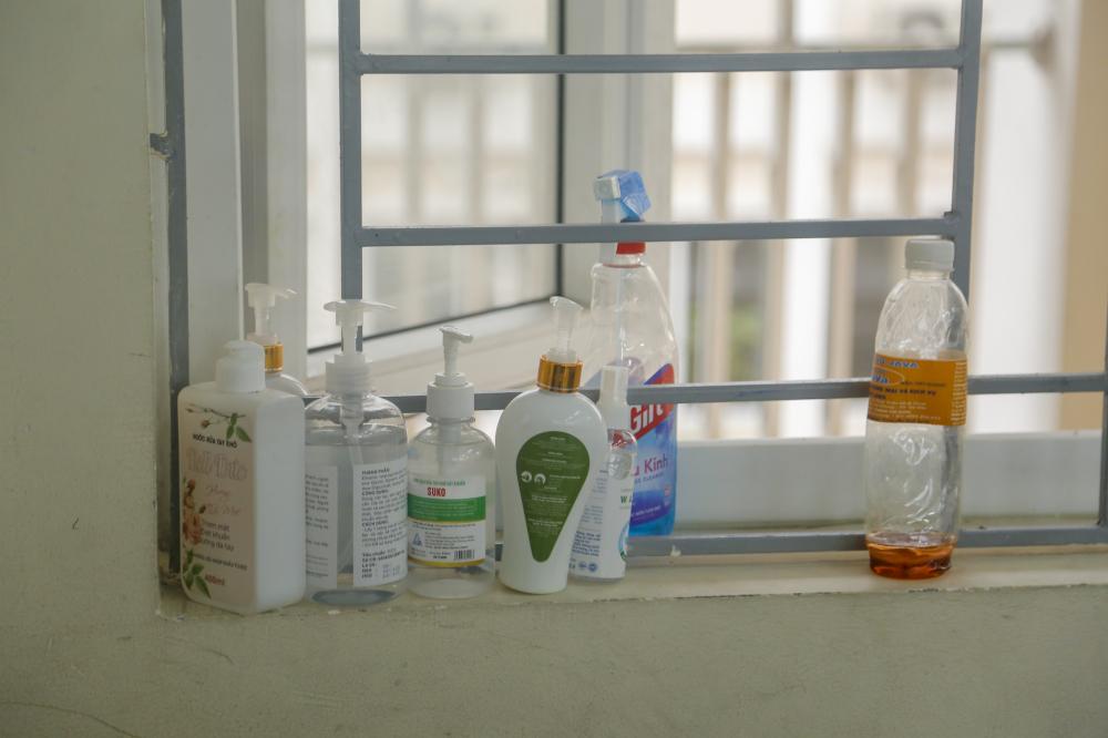 Nhà trường đã bố trí đến các lớp nước sát khuẩn và máy đo thân nhiệt để sẵn sàng đón học sinh trở lại trường.