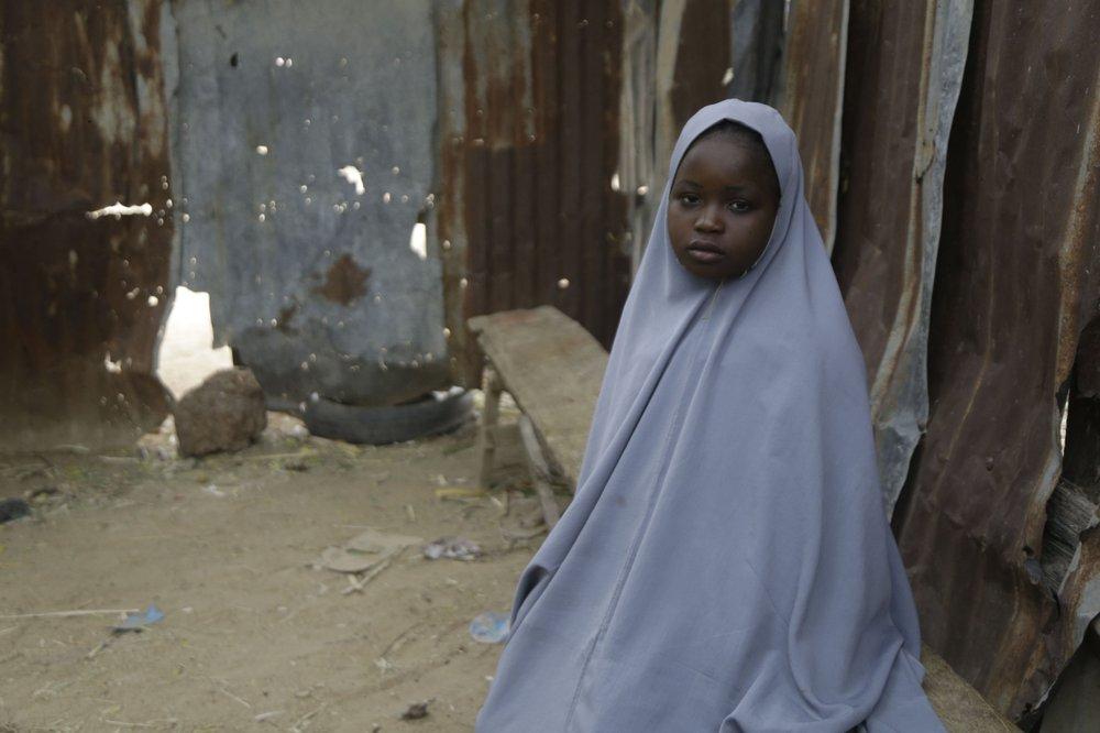 Amtallahi Lawal, 11 tuổi, trốn dưới gầm giường và tìm cách trốn thoát khi các tay súng bắt cóc hơn 300 nữ sinh khỏi trường nội trú