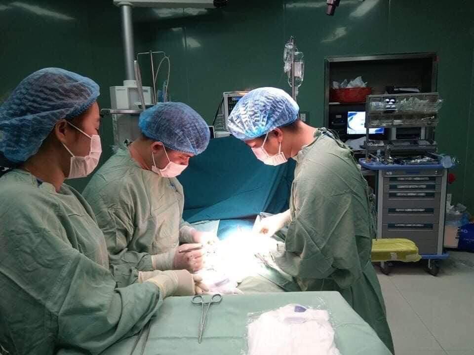 Các bác sĩ phẫu thuật lấy ghẻ trong ổ bụng bệnh nhân V
