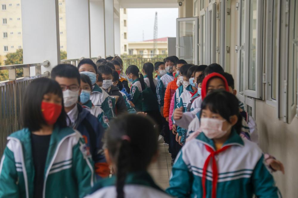 Các bạn học sinh xếp hàng háo hức đón chờ giờ học đầu tiên khi quay trở lại trường