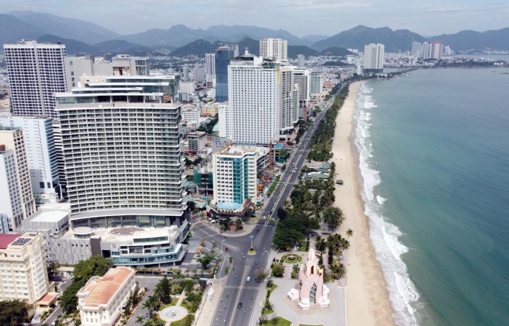 Đa số nhà cao tầng ở Nha Trang tập trung trên cung đường bờ biển gây áp lực chon trung tâm thành phố. Ảnh: Trường Nguyên
