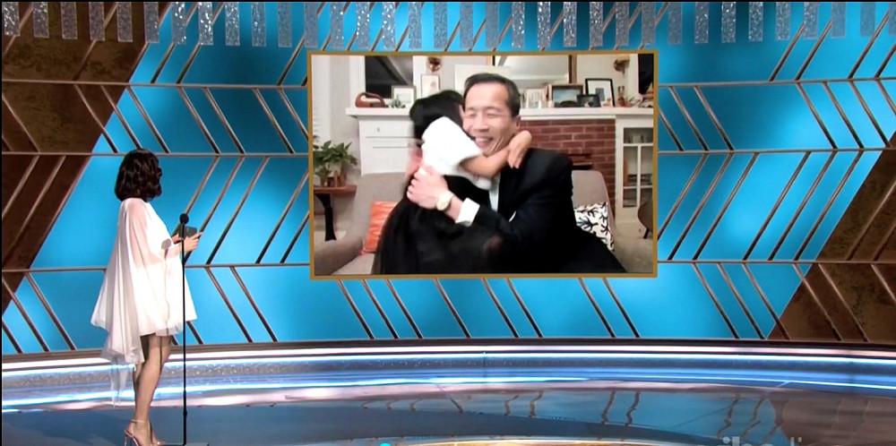 Con gái bảy tuổi của đạo diễn Lee Isaac Chung ôm chầm lấy bố khi phim Minari đạt giải