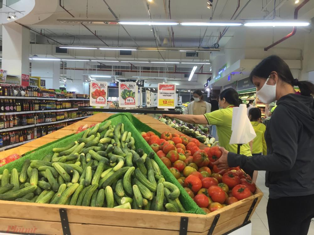 Người tiêu dùng mua sắm tại Tops Martket Âu Cơ (Q.Tâm Bình, TP.HCM).