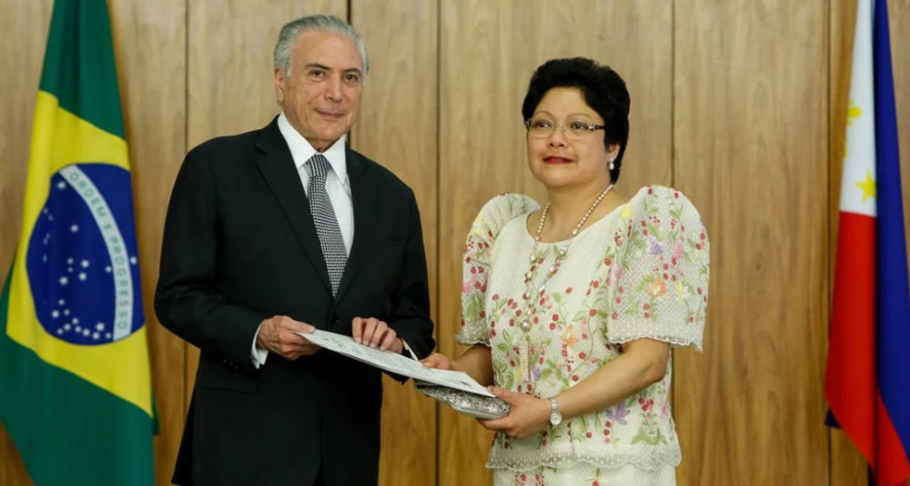 Cựu Tổng thống Brazil Michel Temer trao giấy chứng nhận ngoại giao khi bà Marichu Mauro bắt đầu đảm nhiệm cương vị đại sứ vào năm 2018 - Ảnh: Handout