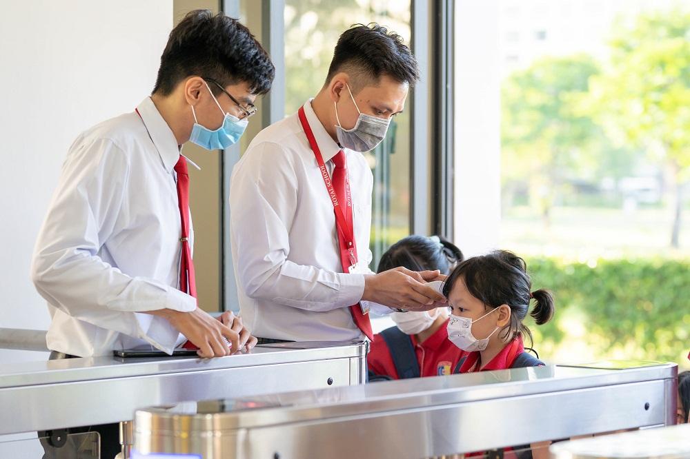Trước các cổng tiếp đón học sinh luôn có bộ phận trực đo thân nhiệt và rửa tay sát khuẩn trước khi vào trường. Ảnh: Royal School cung cấp