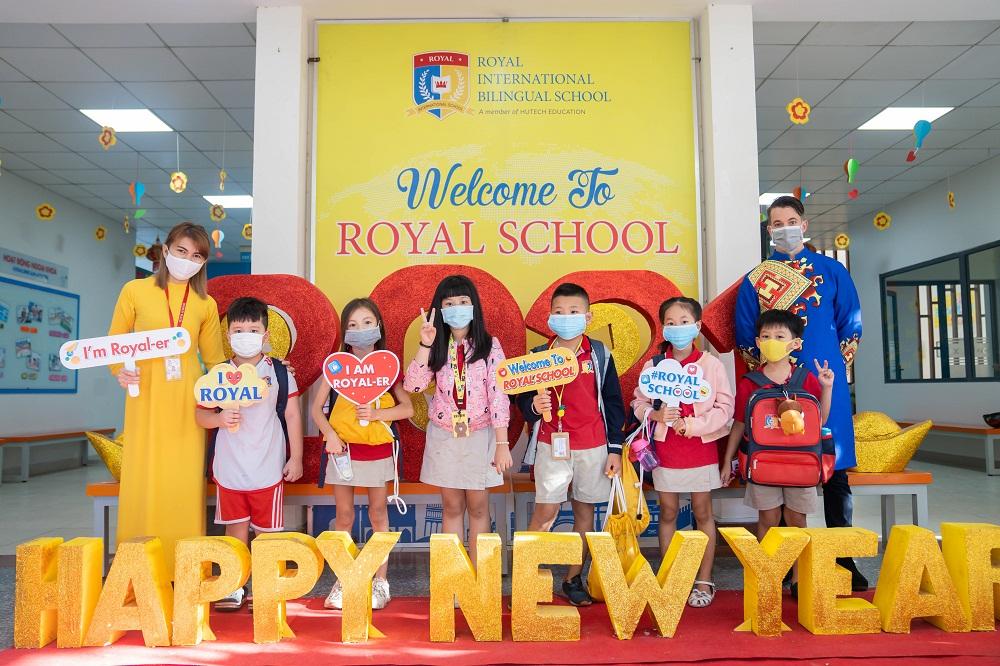 Không khí ngày gặp lại tràn ngập niềm vui của thầy và trò Royal School. Ảnh: Royal School cung cấp