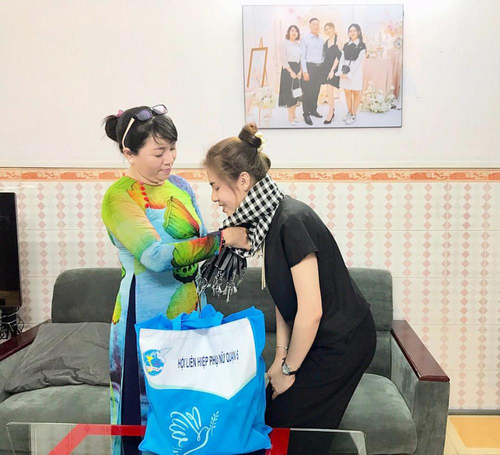 Chị Lương Thanh Trúc - Chủ tịch Hội LHPN Q.6 - thăm và động viên Thúy Vy trước ngày lên đường nhập ngũ