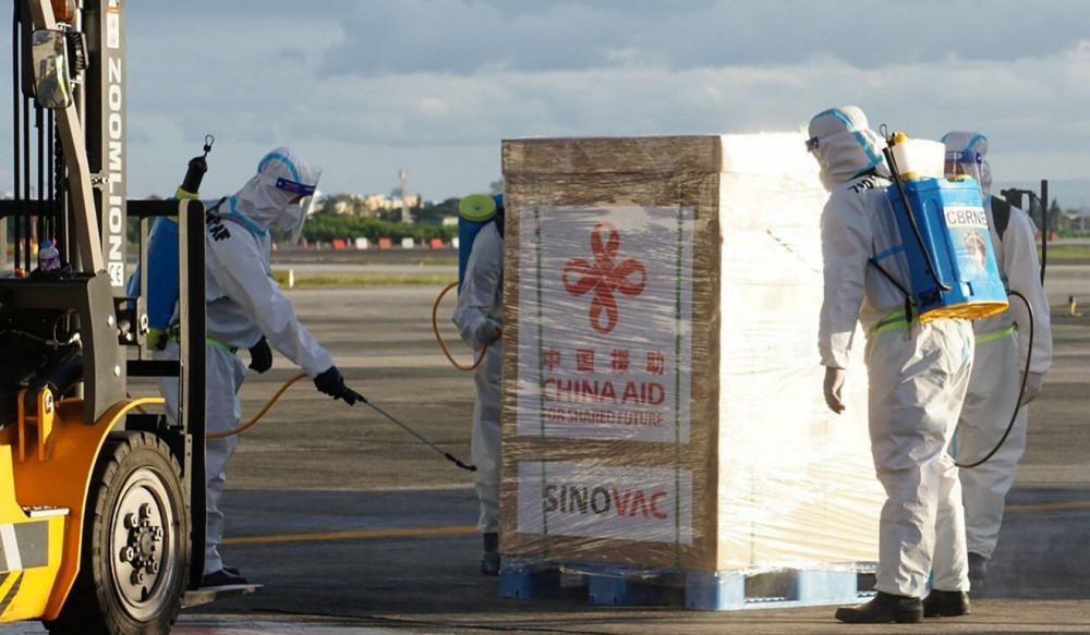 Lô vắc-xin Sinovac được khử khuẩn khi hạ cánh tại Philippines hôm 28/2