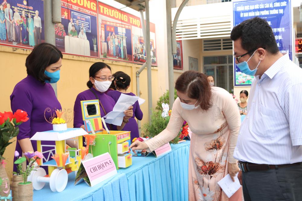 Hai giám khảo của hội thi là ông Nguyễn Đình Hiếu - Phó bí thư thường trực Đảng ủy và bà Nguyễn Thị Thanh Tuyền - Phó chủ tịch UBND phường Trường Thọ - cũng tìm hiểu cách làm, cách sử dụng các sản phẩm tái chế.